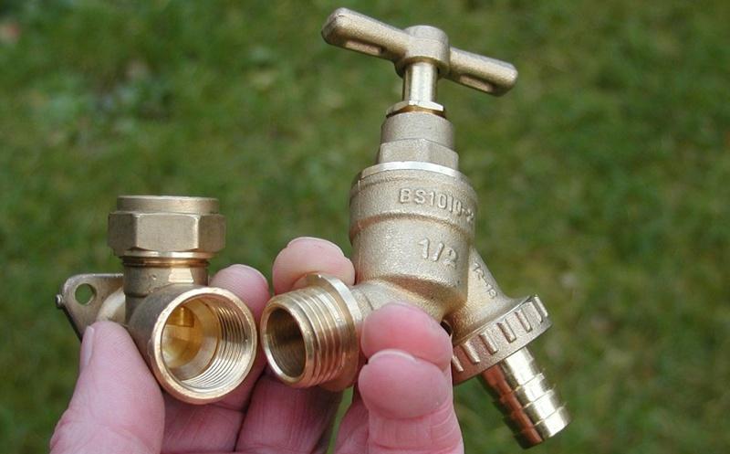 Sanitärbereich: Wasserhahn mit Anschluss